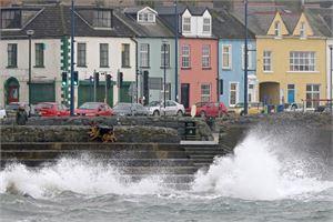 Myrsky iski voimalla rannikolle Belfastin itäpuolella. LEHTIKUVA/AFP