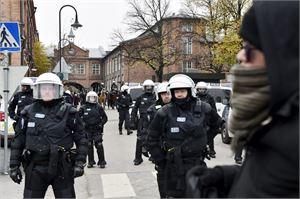 Poliisi esti uusnatseja ja vastamielenosoittajia kohtaamasta. LEHTIKUVA / EMMI KORHONEN
