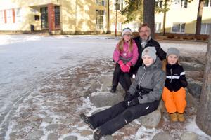 Ståhlbergin koulun oppilaat Sara Kamula, Joel Katainen ja Tuuli Isopahkala sekä rehtori Jari Saaranen sanovat olevansa ylpeitä koulunsa esikuvasta, presidentti Ståhlbergista.