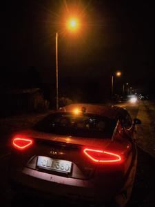 Useimmiten valokatkaisijan Auto-asento sytyttää takavalot viimeistään silloin, kun ulkoilma hämärtyy riittävästi. Syyspimeillä teillä ja kaduilla sekä huonossa säässä auto jää varjoihin ilman tehokkaita ja kunnossa olevia takavaloja.