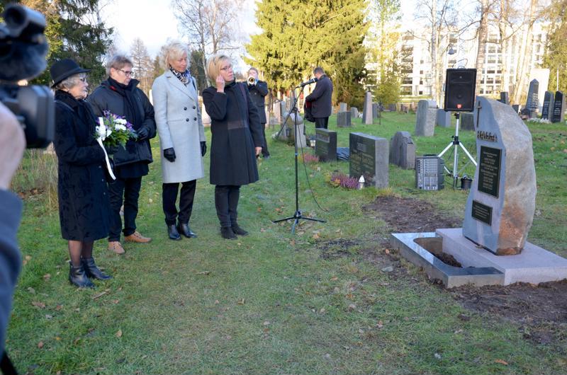 Hallan lähisukulaiset Raija Kandelberg, Kirsti Peltomaa, Teija Perälä ja Tarja Halla laskivat kukkaset muistokivelle.