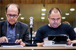 Kokkolan valtuutetut Veikko Laitila ja Reino Herlevi seurasivat kuusi tuntia kestäneen valtuuston päätöksentekoa.