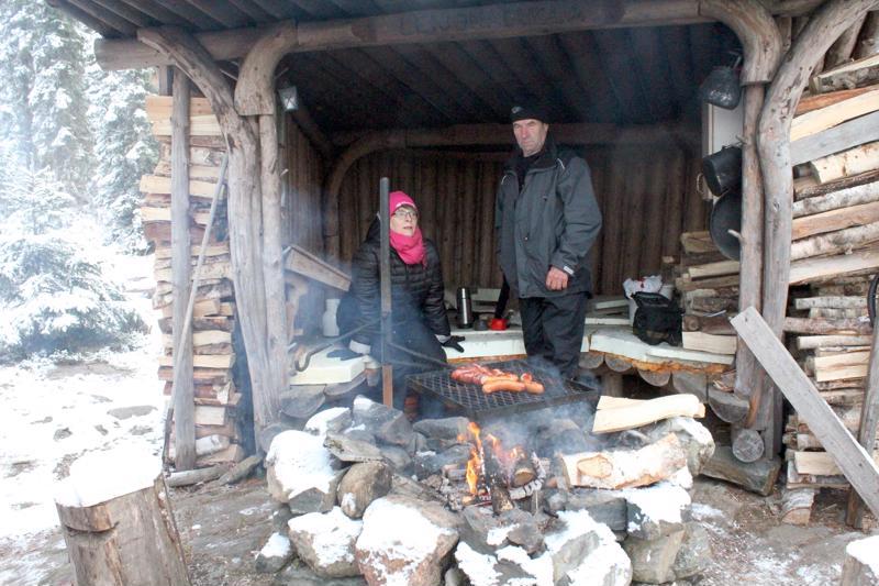 Mervi Jutilalle Isokankaan maaastossa oleva laavu oli uusi tuttavuus. Alpo Seppälä on käynyt usein Leijonaluolan laavulla.