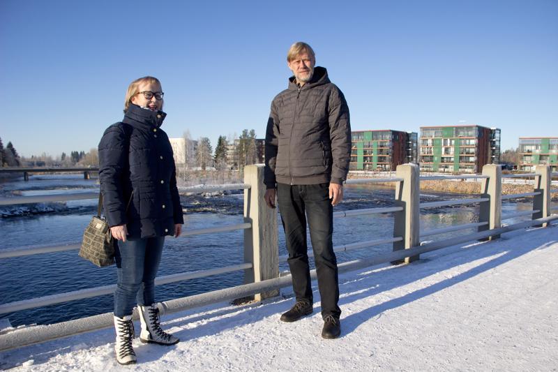 Risto Suikkari ja Eriia Laru toivovat, että jokivarsi saadaan tulevaisuudessa entistäkin paremmin kaupunkilaisten yhteiseen käyttöön.