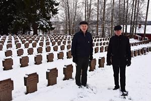 Haapaveden sotaveteraanit ry:n puheenjohtaja Pertti Hankonen ja sihteeri Ahti Karvonen ovat puuhanneet kaikille sankarihautausmaan 244 kiviristille kynttilälyhdyn.