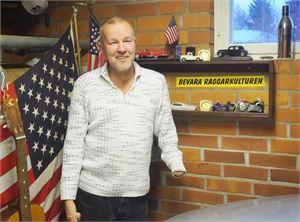 Elämä kolhii kaikkia, toisia enemmän toisia vähemmän. Raskaista vastoinkäymisistä huolimatta Anttu Mikkolan, 63, seurassa ei ikävä viihdy ja elämänilo pulppuilee.