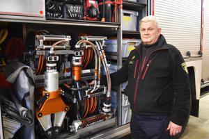 Tapio Saastamoinen kertoo paloautojen varustuksen olevan huippuluokkaa. Paloauton kyljestä löytyvillä välineillä saadaan irrotettua ihminen kolariautosta.