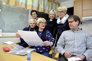 YVoLi:n 70-vuotisjuhlan ohjelma on suunniteltu siten, että pääosiin pääsevät seuran voimistelijat laajalla rintamalla. Marja Lempolan esittelemää juhlajulistetta tutkailevat vierellä Katja Pudas ja puheenjohtaja Vesa Laaninen. Takarivissä Tuija Haikola, Liisa Lehto-Peippo ja Maarit Määttänen.