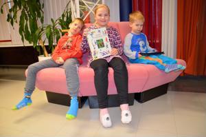 Mitä vanhemmat tekevät? Toimituksen arkeen tutustuivat toimittaja Outi Yli-Arvon tyttö Emma-Liina Kattilakoski ja tuotantopäällikkö Tomi Kurikkalan pojat Joose (vasemmalla) ja Johannes.