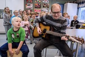 Onnea, Suomi! Hannu Luostari on säveltänyt ja sanoittanut Lohtajan Kirkonkylän koulun eskareille sekä eka- ja tokaluokkalaisille laulun 100-vuotiaalle Suomelle. Kantaesitys kuullaan koulujen itsenäisyysjuhlassa, jossa Luostari säestää lapsia kitaralla ja eskarilainen Niilo Orjala soittaa cajonia.