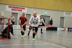 Tarkkana. Valkopaitaiset TU:n pelaajat Sampo Uusitalo (vasemmalla) ja Eemeli Kotila sekä Niko Jämsä (Uusitalon takana) seuraavat tarkkana pallon kulkua oman maalin tuntumassa.