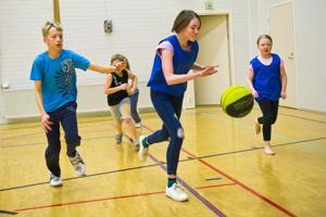 Koripallokerhossa keskitytään pelaamiseen, mikä on ensimmäisillä kerroilla ollut osallistujien mieleen. Lajin perussääntöjä, kuten kuljettamista vain pomputtamalla, kuitenkin noudatetaan.