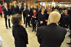 Taina ja Reino Lehtonen kuuntelivat musiikkilukion henkilökunnan laulutervehdyksen ennen eläkejuhlan alkua.