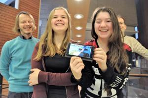Julia Ylitalon ja Lilia Bielikovan videot tulevat olemaan osa Kaustisen kamarimusiikkiviikolla julkaistavaa taideteosta. Veli-Matti Puumala (vas.) ja Lauri Oino pitävät kamarimusiikkiyhdistyksen Taidetestaajat-hanketta jo nyt onnistuneena.