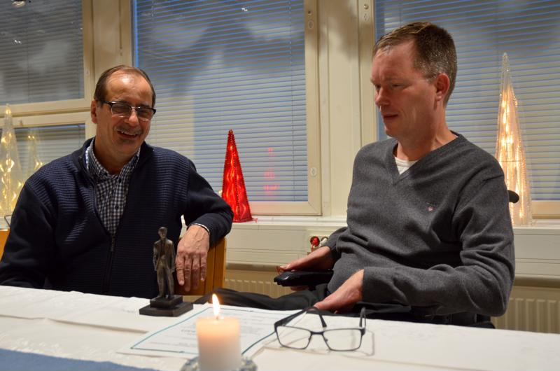 Päätoimittaja Seppo Kangas luovutti Kalajokilaakson Antti-patsaan rikosylikomisario Ilkka Piispaselle.
