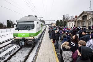 Seinäjoki-Oulu -rataosuuden valmistumisen kunniaksi liikennöinyt juhlajuna pysähtyi torstaina Kannuksen rautatieasemalle.