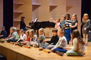 Päivärinnan koulun ekaluokkalaiset esiintyivät Ylivieskan peruskoulujen kuudesluokkalaisille opettajansa Sanna Hilosen johdolla.