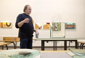 Heikki Ulvin näyttely kulttuurikeskus Akustiikassa esittelee laajasti taiteilijan tuotantoa.