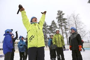 Liikunnanohjaaja Fanny Juvonen tsemppaa koululaisia.