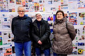 Liisa ja Hannu Lankila sekä Saana Forsel-Prest kävivät tutustumassa toimitukseen. Taustalla vedokset 84-sivuisesta Keskipohjanmaan juhlalehdestä.
