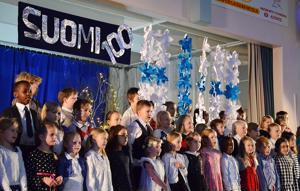 Rahkolan koulun lapset lauloivat Suomesta.