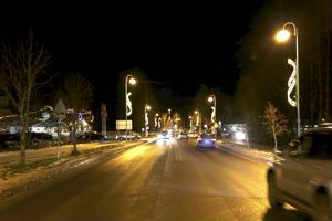 Kaustisen keskustaa valaisevat uudet jouluvalot.