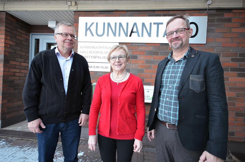 Kunnanjohtaja Olli Ikonen (vas.), kunnanvaltuuston puheenjohtaja Annikki Sipilä ja kunnanhallituksen puheenjohtaja Jarmo Nahkala.