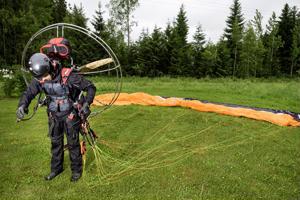 Jari Jyrkkä ottaa ilmakuvansa moottorivarjoliitimellä lentäen, sillä hänen mielestään ilmakuvissakin kuvaajan täytyy olla kameran takana. Talvipakkasilla hän pukee lennolle neljä kerrosta vaatetta. Sillä varustuksella kuvaaminen on kesäkelejä vaikeampaa.