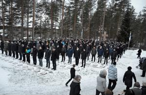 Kunniavartijat seisoivat jokaisella 162 sankarihaudalla Sievissä itsenäisyyspäivän aamuna.