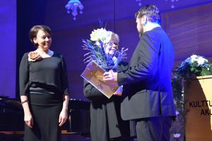 Kulttuurijohtaja Katriina Leppänen sekä kirjasto- ja kulttuurilautakunnan puheenjohtaja Tiina Junttila luovuttivat varapuheenjohtaja Jarkko Pinolalle Yty-teatterin saaman kulttuuripalkinnon Ylivieskan itsenäisyysjuhlan yhteydessä.
