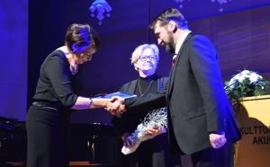 Kulttuurijohtaja Katriina Leppänen sekä kirjasto- ja kulttuurilautakunnan puheenjohtaja Tiina Junttila luovuttivat Yty-teatterin varapuheenjohtaja Jarkko Pinolalle teatterin saaman kulttuuripalkinnon Ylivieskan itsenäisyysjuhlan yhteydessä.
