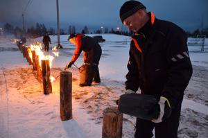 Mika Rasmus (oik.) kaateli jätkänkynttilöihin sytytysainetta, jotta Tapani Voltti sai tulen tarttumaan puuhun.