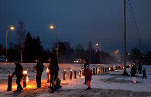 MTK Ylivieska sytytti itsenäisyyspäivän käännyttyä iltaan Savontien varteen sata jätkänkynttilää.