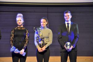 Neljästä KP-V:n palkitsemasta paikalla oli kolme; Julia Kivinen (vas.), Tiia Timmerbacka ja Juho Koivukangas.