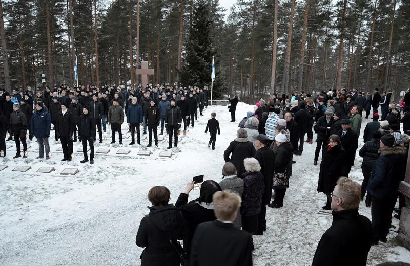 Yleisöä oli tullut runsaasti seuraamaan kunniavartioa Sievin sankarihaudoilla ennen jumalanpalveluksen alkua.