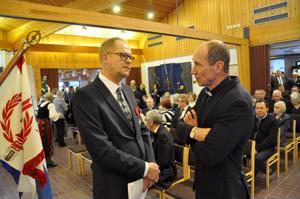 Vetelin itsenäisyyspäivän juhlassa juhlapuheen pitänyt toimittaja Ilkka Saari (vas.) ja kirkkoherra Vesa Parpala odottelivat juhlan alkamista.