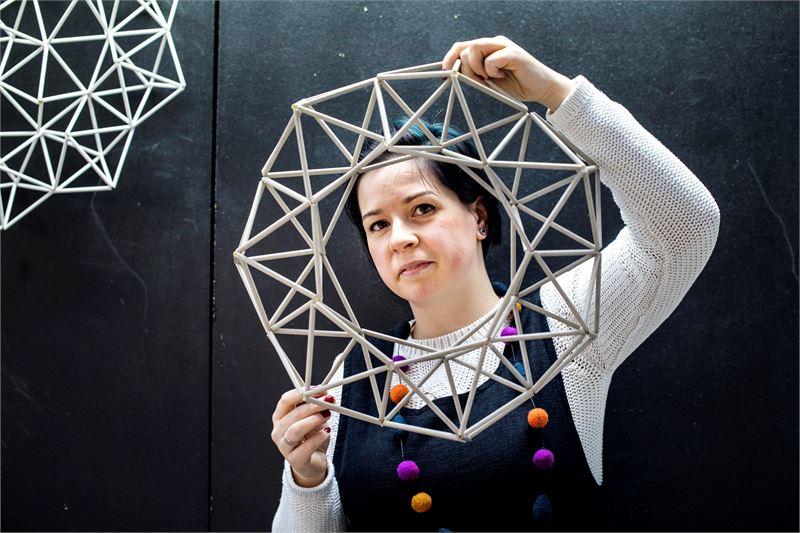 Himmelikranssista on helppo aloittaa, Julia Sudakova näyttää mallia. Kuva: Clas-Olav Slotte