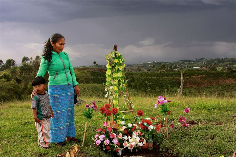 Maria Eugenia Acosta ja hänen poikansa ikävöivät rauhan aikana tapettua kylänjohtajaa Gerson Acosta, joka oli myös Marian aviomies.