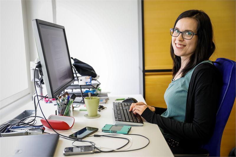 Tamperelaisessa ohjelmistofirmassa työskentelevä Riikka Heiska ei vaihtaisi enää takaisin säännölliseen työaikaan, koska hän kokee joustojen helpottavan elämäänsä. Kuva: Ossi Ahola