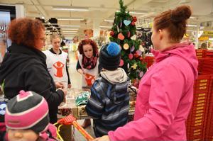 Vapaaehtoiset Matleena Aulakoski ja Sanna Pälli vastaanottivat joulupuukeräykseen tuotuja lahjoja ja jakoivat kortteja, joista näki, lapsen iän ja sukupuolen sekä lahjatoiveen.