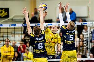 Tiikereiden Robert Seppänen yrittää ohittaa torjunnassa Sammon Panu Pitkästä (6) ja Petteri Penttistä (5).