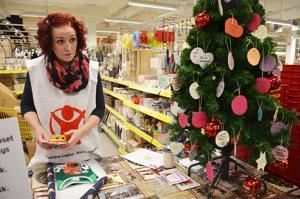 Vapaaehtoistyöntekijä Sanna Pälli pääsi paketoimaan ensimmäisen Joulupuu-keräyksen lahjan alle puolessa tunnissa.