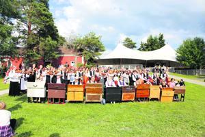 Kaustisen kansanmusiikkijuhlien avajaispäivä vuonna 2017 keräsi kaustislaiset soittajat rinteeseen.