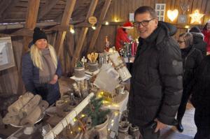 Matti Vanhanen tutustui lauantaina Vetelissä myös Talonpojan navetan  joulumarkkinoihin. Pietarsaarelaisen Tuija Vuorela-Itälehdon käsityömyymälän pöydästä hän osti lahjaksi sopivia kattaustuotteita.