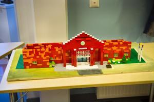 Tältä näyttää Nivalan kaupungintalo legoista tehtynä.