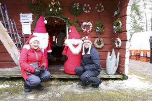 Seija Vähäkainun ja Minna Suhosen joulu alkaa markkinoiden myyntipaikkaa pitämällä. Kuvassa myös tontut Nirppu ja Mölli, jotka koristivat läpiajettavaan pystytettyä joulutupaa.