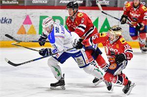 KeuPa HT:n Mikko Lahtinen porhaltaa kiekon perään takanaan Hermeksen Samuel Sikstus ja Samu Markkula.