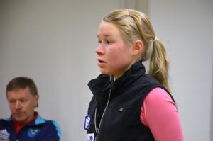 Anna-Kaisa Saari oli Ylivieskan Kuulan vuoden ykkösurheilija. Taustalla isä Eero Saari.