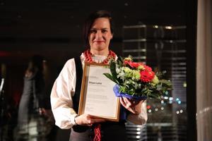 Pro Musiikintekijät -kunniamaininnan saanut Sirpa Lahti on kunnostautunut erityisesti kansanmusiikin ammattilaisten näkyvyyden ja arvostuksen nostamisessa.