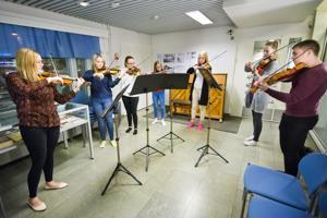 Jokilaaksojen musiikkiopiston jousiorkesteri esitti kirjasto-musiikkiopistotalon 30-vuotisjuhlassa monia tuttuja joululauluja.